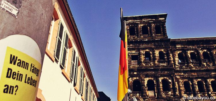 Wann fängt Dein Leben an? Post-It der Erinnerungsguerilla an der Porta Nigra in Trier.