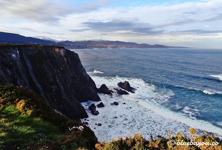 Faro de Busto: fantastischer Ausblick auf das Meer und die Klippen am Jakobsweg.