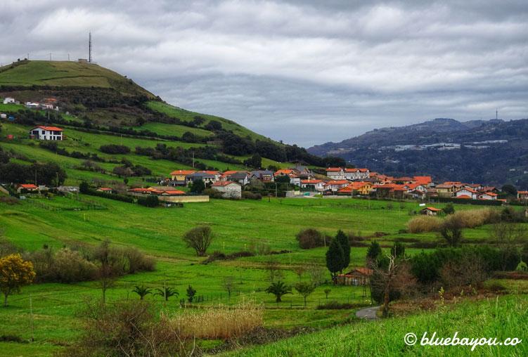 Fernblick auf einen grünen Berg entlang des Jakobswegs.