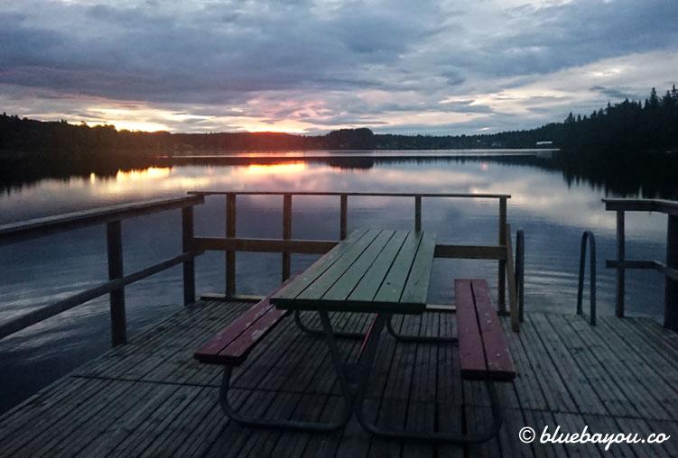 Fotoparade Idylle: Mitternacht an einem See in Schweden - Zeit für eine Rast.