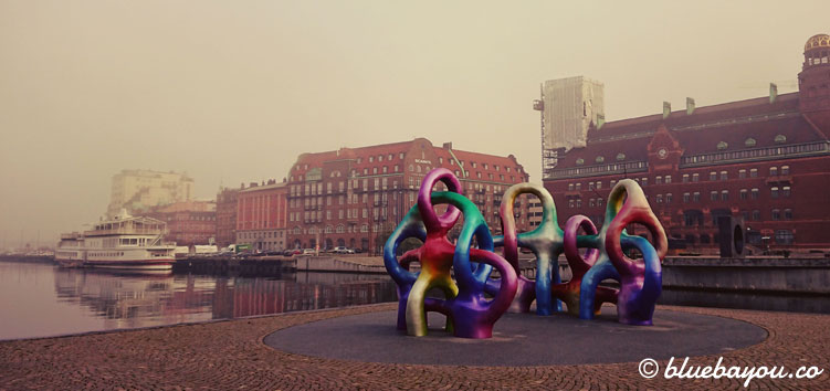 Im schwedischen Malmö befinden sich diese beiden farbenfrohen Skulpturen unweit des Hauptbahnhofs.