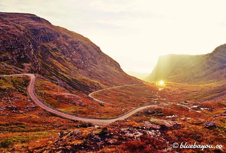 Fotoparade Serpentine: Morgenstimmung auf dem Weg nach Applecross entlang der North Coast 500 in Schottland.