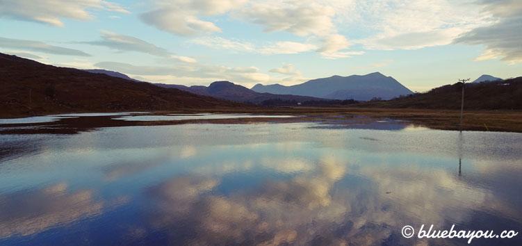 Fotoparade Spiegelung: Beginn der Strecke nach Applecross in Schottland mit wundervoller Wolkenspiegelung im See.