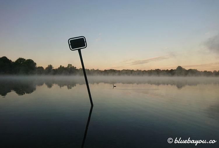 Fotoparade Wasser: Ein See am Morgen im Nebel.