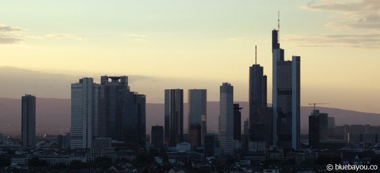 Frankfurt am Main: Skylineblick aus dem Leonardo Royal Hotel.