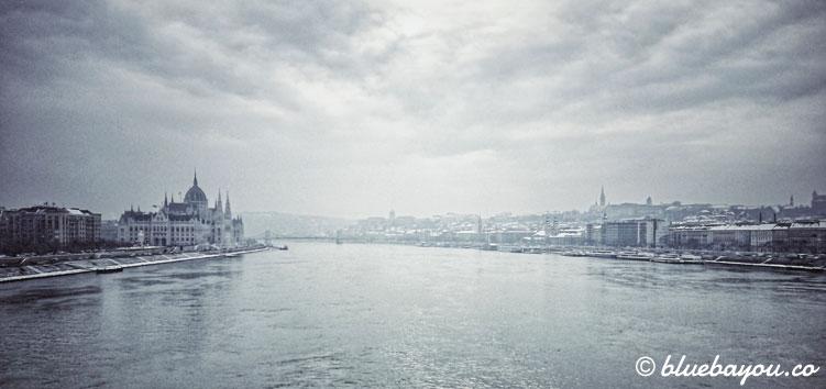 Fotoparade: Gefrorenes Budapest: Blick von der Brücke auf Buda und Pest.