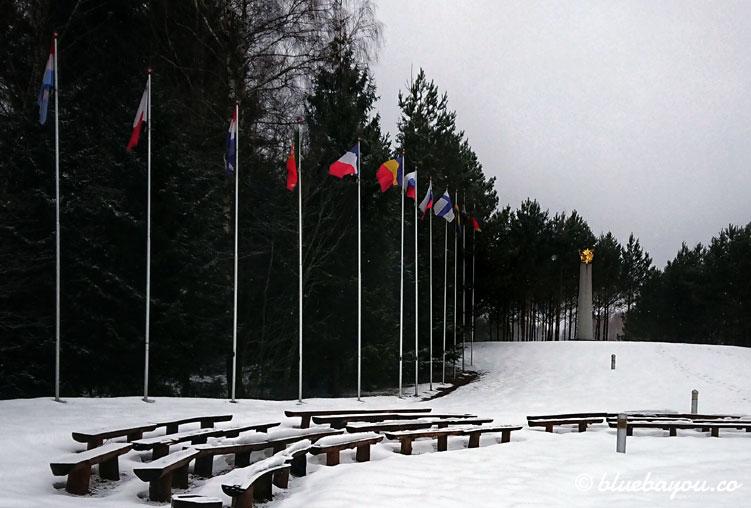 Geografischer Mittelpunkt Europas nördlich von Vilnius - versunken im Schnee.