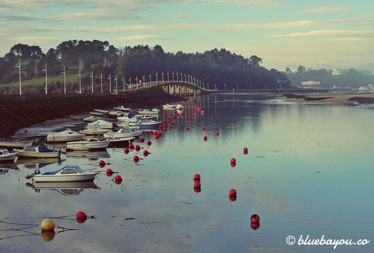 Ein kleiner Hafen vor einer Brücke in der Nähe von Santander auf dem Camino del Norte.