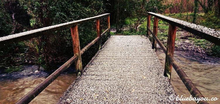 Hagel auf der Brücke über dem Rio Barayo.