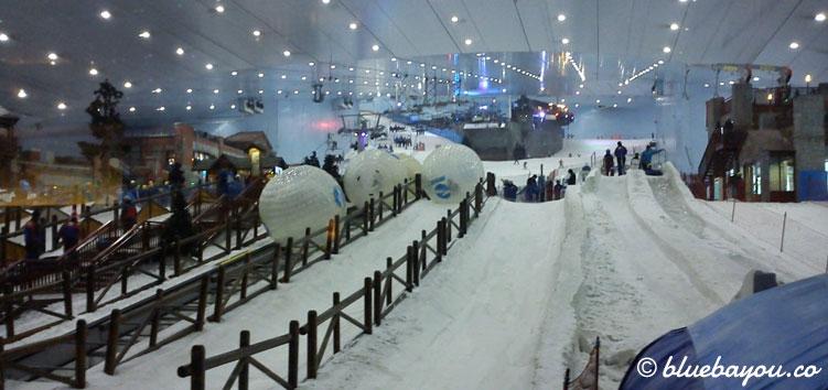 Ski Dubai: Blick von der Cheesecake Factory in die Skihalle Dubais während der Reise mit dem Around-the-World-Ticket.