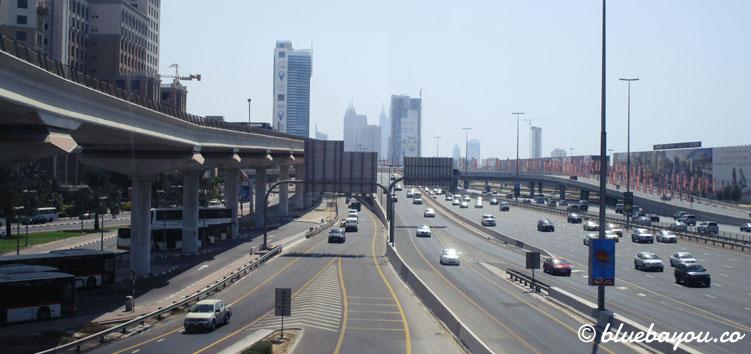 Blick auf Dubais Straßen während der halben Weltreise.