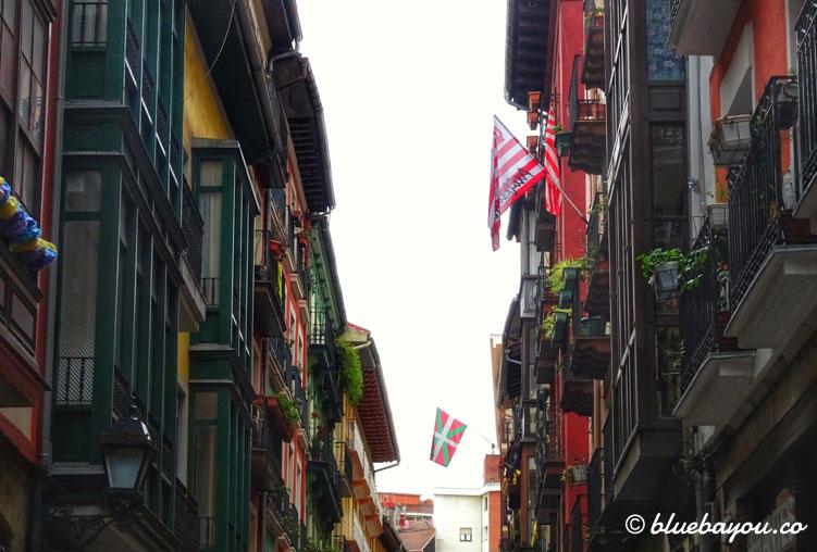 Bunte Häuserschlucht in Bilbao, dem Zielort meines Jakobswegs.