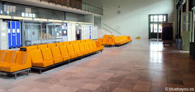 12.09.2015: Auch dieser Wartebereich am HBF Budapest ist leer.