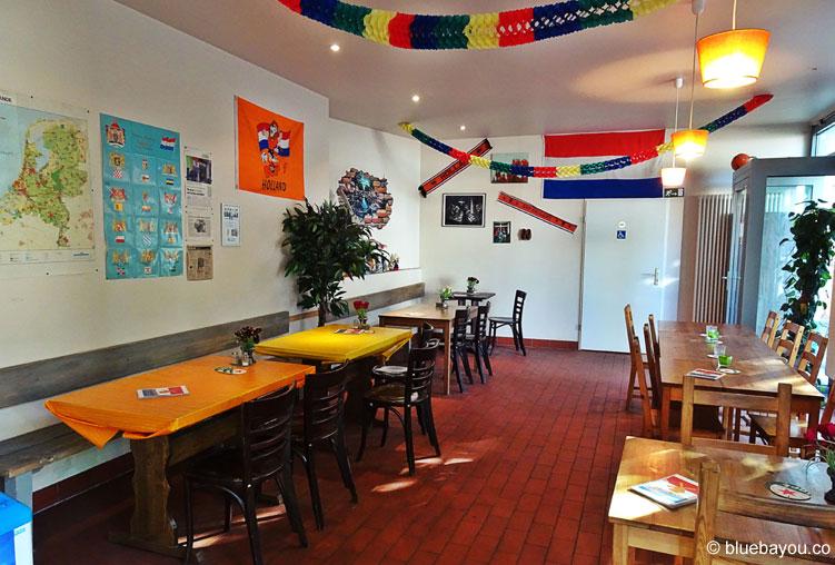 Gemütlich und familiär isst es sich in der holländischen Snackbar De Molen in Berlin Friedrichshain.
