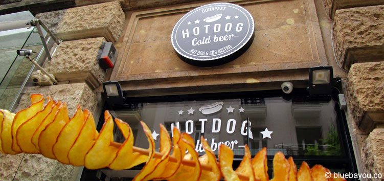 "Chips am Stiel bei ""Hot Dog Cold Beer"" in Budapest."
