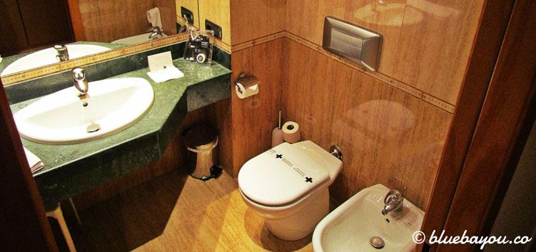 Das Bad des Doppelzimmers im 4-Sterne-Hotel Nordic in Andorra.
