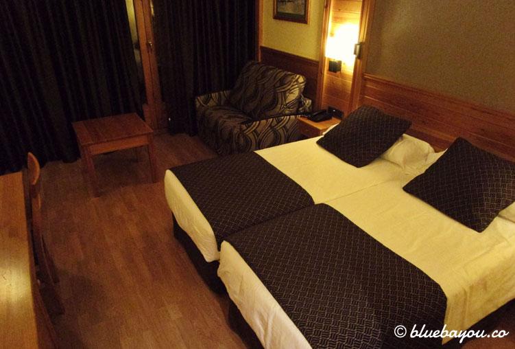Doppelbett und Schlafcouch im 4-Sterne-Hotel Nordic in Andorra.