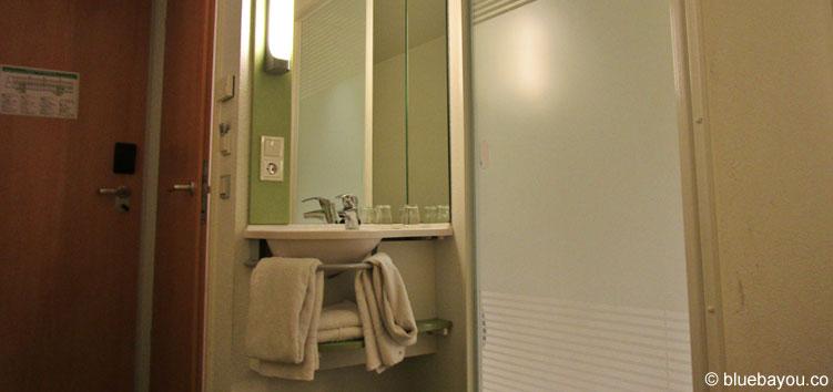 Das ibis budget Berlin Kurfürstendamm verfügt über ein gläsernes Bad.