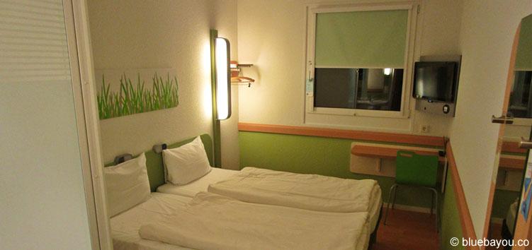 Grün-weiße Zimmergestaltung im ibis budget Berlin Kurfürstendamm.