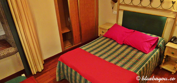 Mein Hotelzimmer im 1-Sterne-Hotel in Santiago de Compostela am Abend meiner Ankunft.