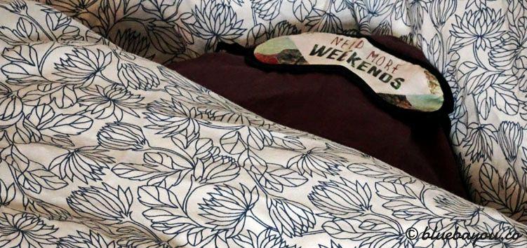 Im Auto schlafen: Das Kissen stets korrekt in die Decke legen,, die dann nur noch aufgefaltet werden muss.