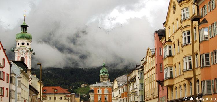 Eine Straße im Stadtzentrum Innsbrucks.
