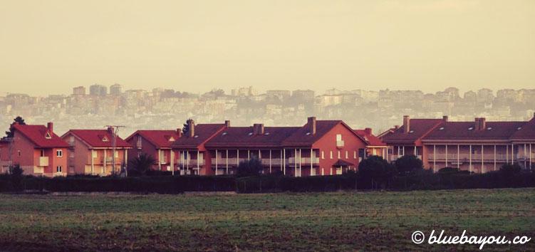 Santander am Morgen hinter einer Häuserreihe.