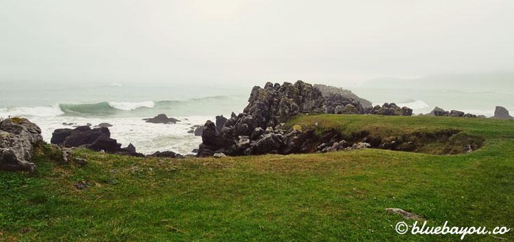 Blick auf die Felsen und das Meer nahe Noja.
