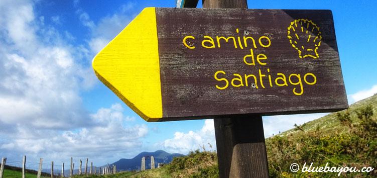 Ein gelber Pfeil auf dem Schild entlang des Camino del Norte.
