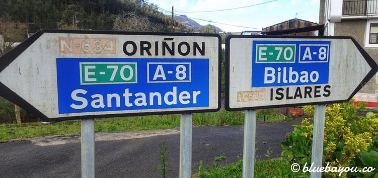 Schilder nach Santander und Bilbao auf dem Jakobsweg.