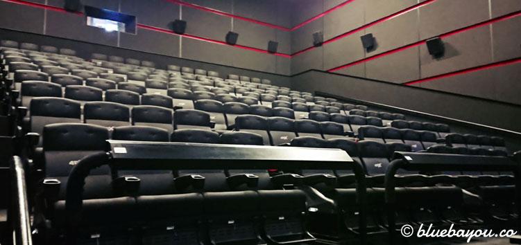 Der 4DX-Kinosaal vom Eingang aus.