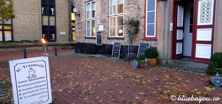 Das Kleine Traumcafé in Schleswig am Rathausplatz von außen.