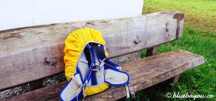 Kurze Rast vor einer Kapelle mit meinem Rucksack auf der Bank.