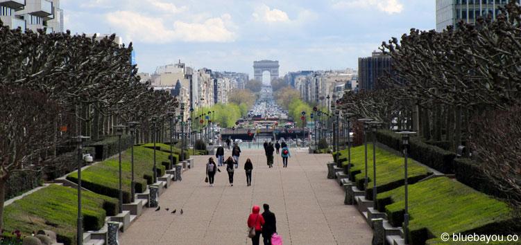 Blick auf den Arc de Triomphe von La Défense aus.