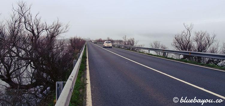 Gefährliche Landstraße, an der es kilometerlang keinen Seitenstreifen gibt.