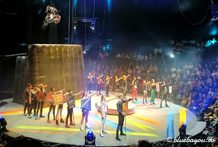 Eröffnung der Show: die Mad Flying Bikes fliegen durch das Zirkuszelt bei Flic Flac PUNXXX.