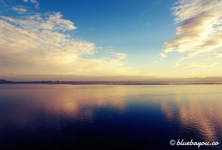 Traumhafte Spiegelung der Wolken im Meer, unweit von Santander.