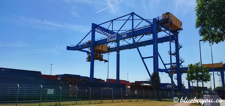 Fasziniert beobachte ich etliche Containertransporte entlang meiner Megamarsch-Strecke von Dortmund nach Neuss.