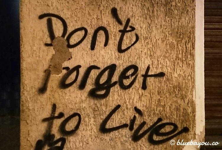 Don't forget to live: an dieser Wand gehe ich nachts bei meinem Megamarsch vorbei.