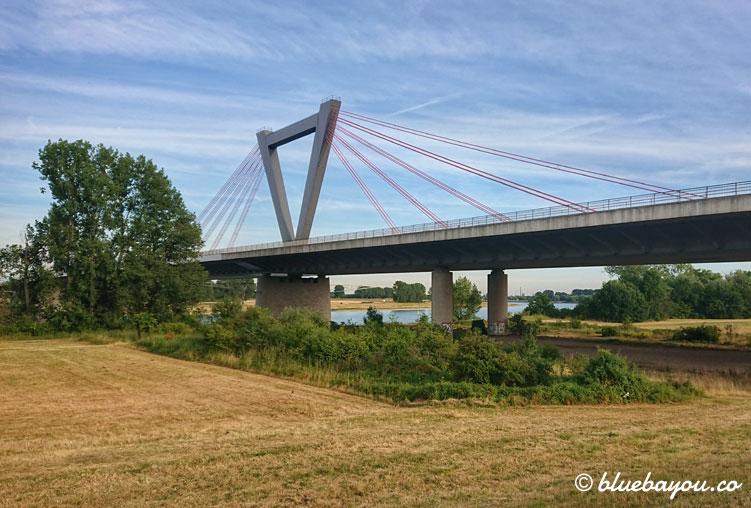 Brücke nach Düsseldorf: glücklicherweise finde ich kurzfristig noch raus, dass meine ursprüngliche Planung zu weit wäre und ich auf dieser Seite die 101 km knacke.