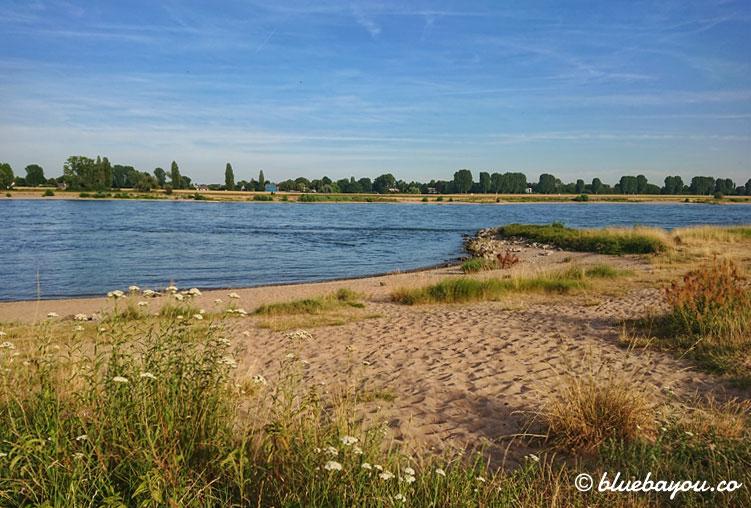 Rhein und Strand. So idyllisch könnte es sein, wären da nicht noch die letzten Kilometer bis nach Neuss.