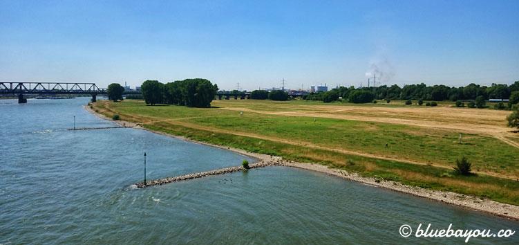 """Hier überquere ich den Rhein, den ich von da an """"nur"""" noch gerade runter laufen muss, um Neuss zu erreichen."""