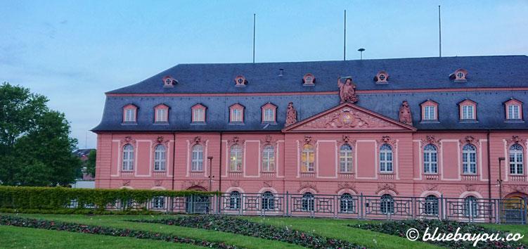Sightseeing beim Megamarsch: das rosafarbene Mainzer Schloss im Sonnenaufgang.