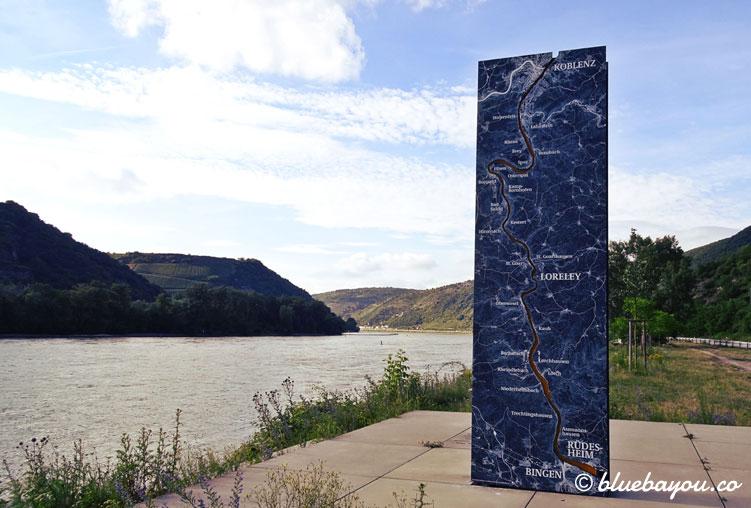 Die Tafel zeigt das Obere Mittelrheintal, das zum UNESCO-Welterbe zählt und sich von Bingen/Rüdesheim bis Koblenz erstreckt.
