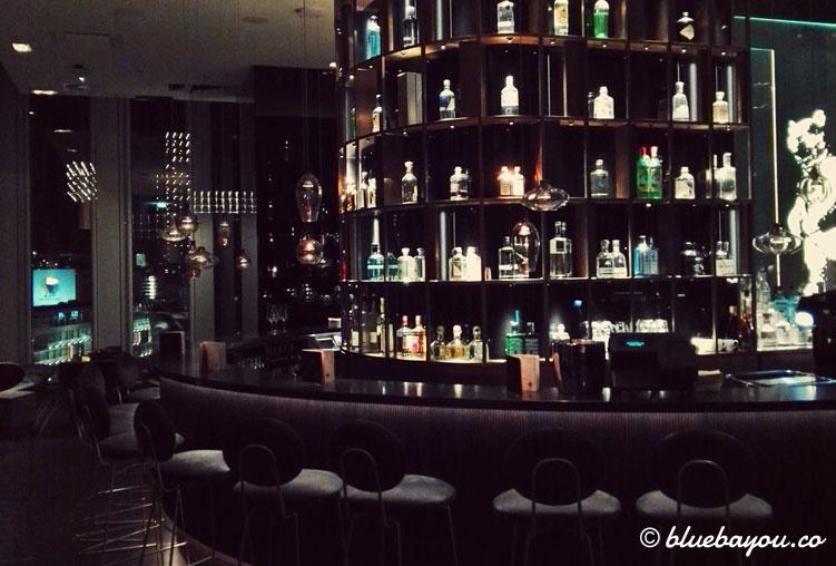 Die Theke der One Lounge im 10. Stock des Motel One Berlin-Upper West.