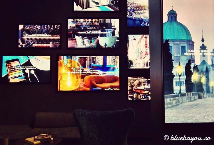 Bildschirme im Motel One Berlin-Upper West.