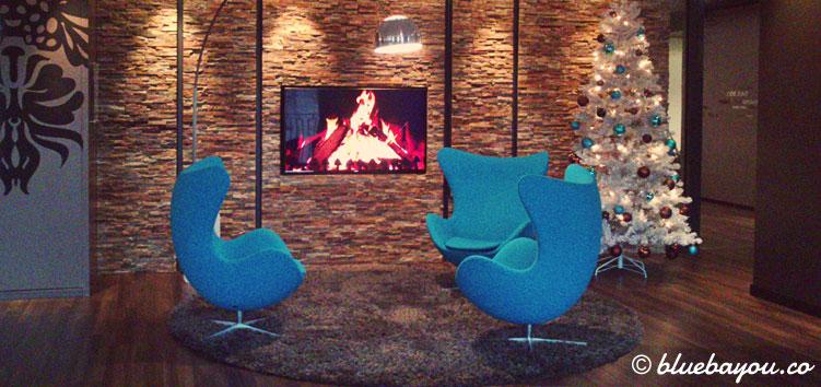 Das Kaminfeuer und de Egg Chairs in der One Lounge des Motel One Berlin-Potsdamer Platz.