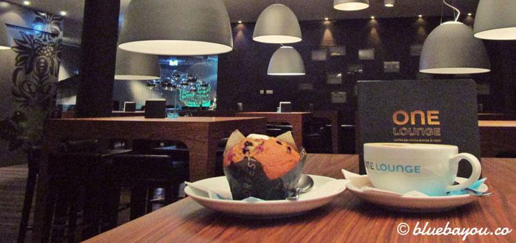 Muffin und Kakao in der One Lounge des Motel One Frankfurt-Messe.