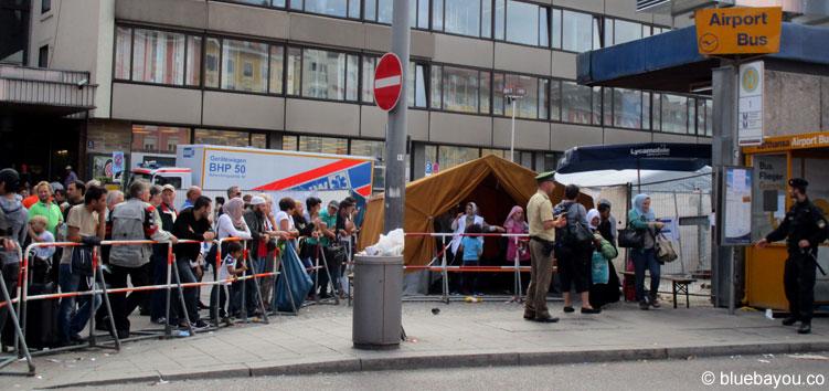 Durch das gelbe Zelt muss jeder Flüchtling, um in einen Bus zu steigen.