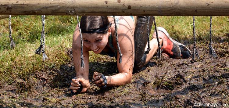Eine Mud Masters Teilnehmerin beim Kampf mit dem letzten Hindernis vor dem Finish: der Sizzler - inklusive Elektroschocks.